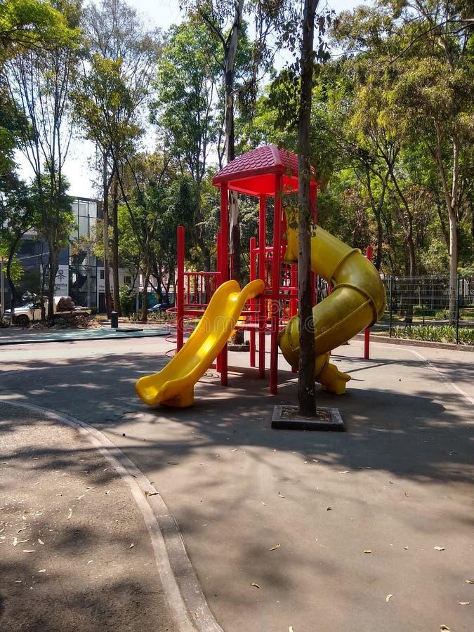 Gry dla dzieci w plenerowym parku obrazy royalty free