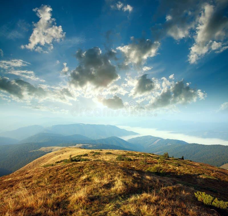 Gry himmel i moln ovanför berg i dimma, flyg- sikt fotografering för bildbyråer