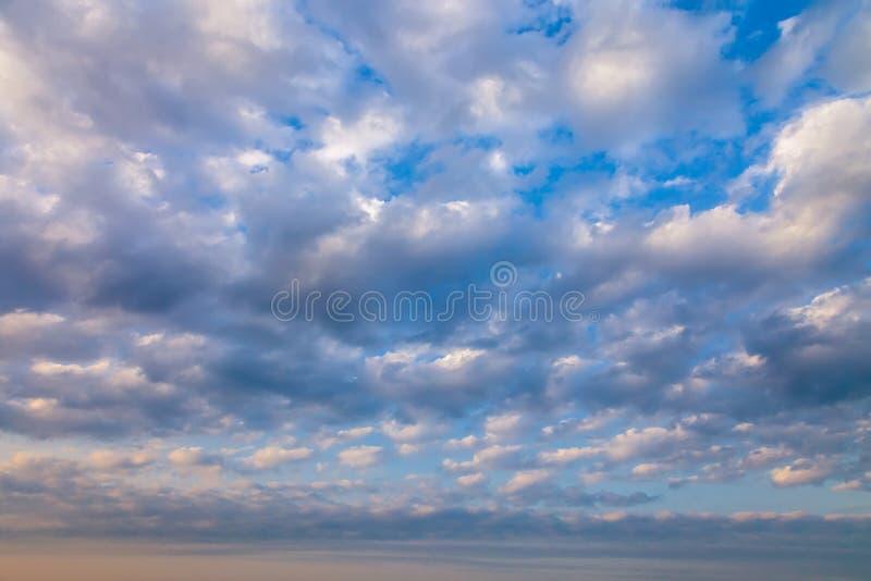 Gry himmel i molnen som en bakgrund royaltyfri bild