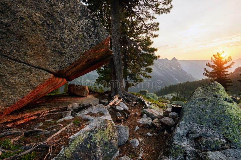 Gry i berget av Siberian naturligt parkerar Ergaki Sol`en s royaltyfri bild