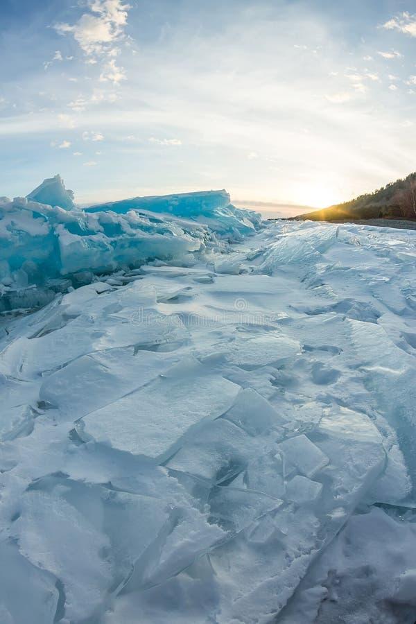 Gry i de blåa mindre kulle av is Lake Baikal, i ett snöig fält I royaltyfri foto