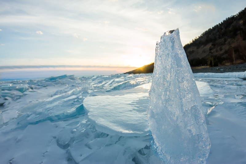 Gry i de blåa mindre kulle av is Lake Baikal, i ett snöig fält I arkivfoton