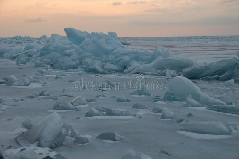 Gry i de blåa mindre kulle av is Lake Baikal, i ett snöig fält i vinter på en resa arkivfoton