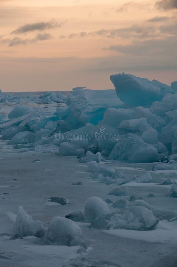 Gry i de blåa mindre kulle av is Lake Baikal, i ett snöig fält i vinter på en resa arkivbild