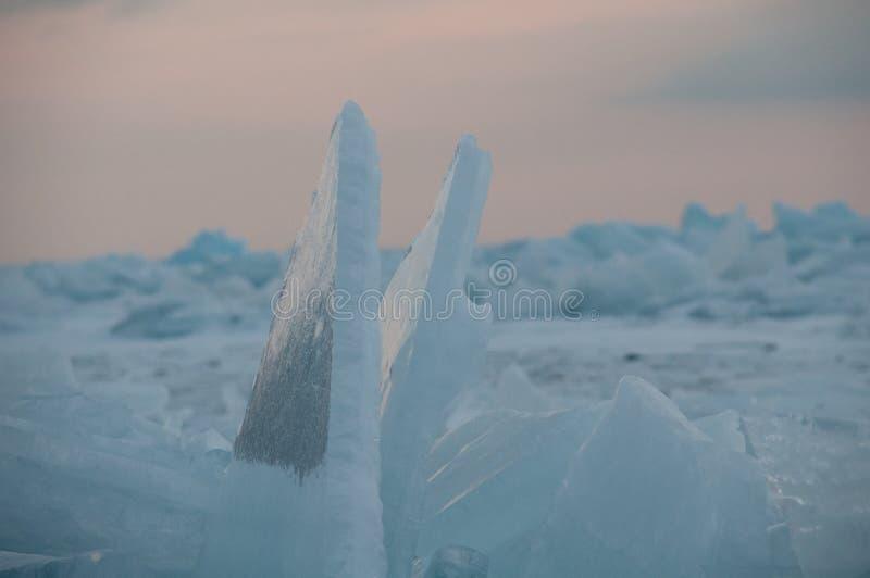 Gry i de blåa mindre kulle av is Lake Baikal, i ett snöig fält i vinter på en resa fotografering för bildbyråer