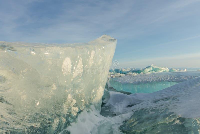 Gry i de blåa mindre kulle av is Lake Baikal, i ett snöig fält i vinter på en resa royaltyfri bild