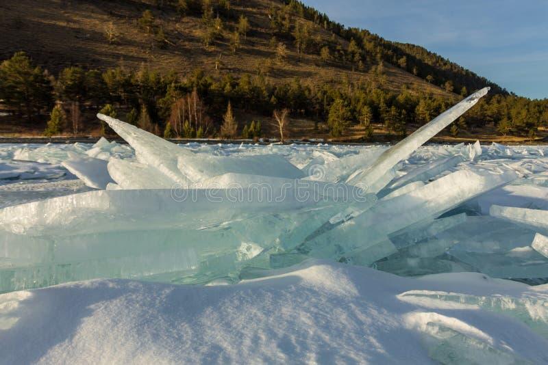 Gry i de blåa mindre kulle av is Lake Baikal, i ett snöig fält i vinter på en resa royaltyfri foto