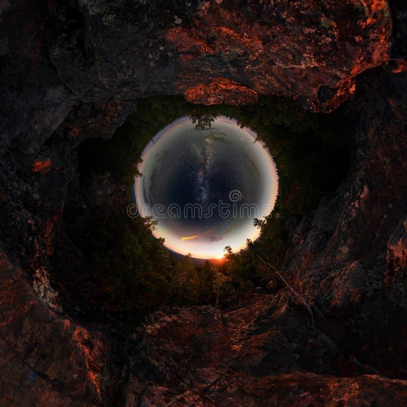 Gry i skogen under den stjärnklara himlen en mjölkaktig väg Liten planet 360 royaltyfri fotografi
