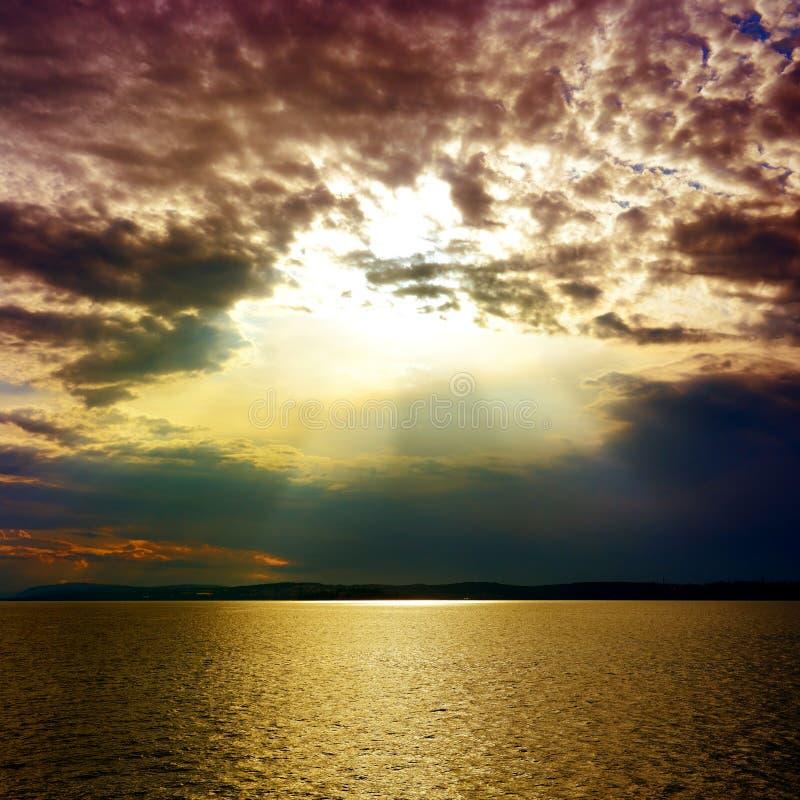 Gry med ett solspår över havet royaltyfri fotografi