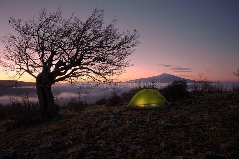 Gry på att tända tältet och Mount Etna, Sicilien royaltyfri bild