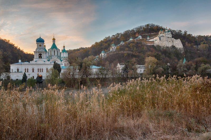 Gry på den Seversky Donets floden med sikter av Svyatogorsken Lavra royaltyfri fotografi