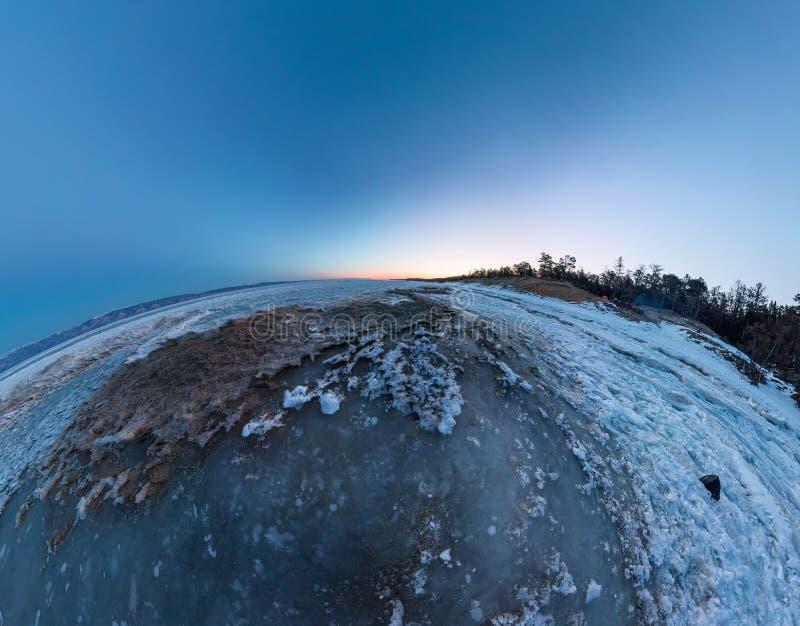Gry på en sandig strand på ön av Olkhon Bred vinkelpanorama arkivfoto