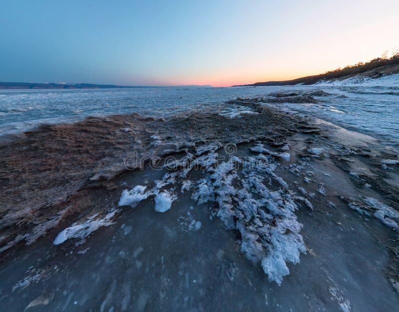 Gry på en sandig strand på ön av Olkhon Bred vinkelpanorama royaltyfria foton
