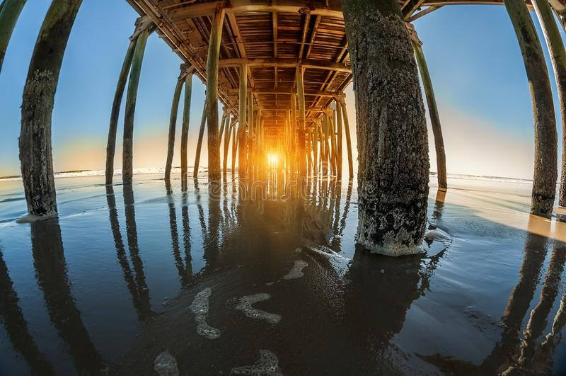 Gry på havet, sikt från under pir fotografering för bildbyråer