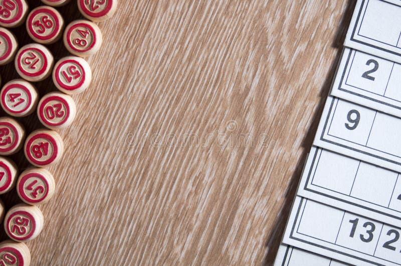 Gry planszowa loteryjka Karty dla gry loteryjka przed one drewniane baryłki Drewniany tło Grupowa rozrywka, rodzina obraz royalty free