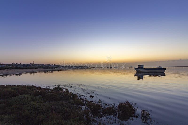 Gry seascape av Ria Formosa som naturliga våtmarker parkerar, Algarve royaltyfria bilder