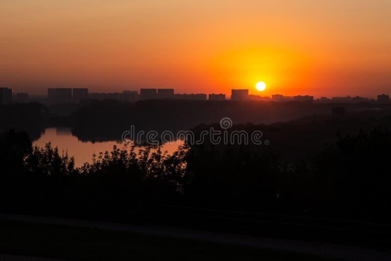 Gry solen på bakgrunden av avlägsna byggnader royaltyfri foto