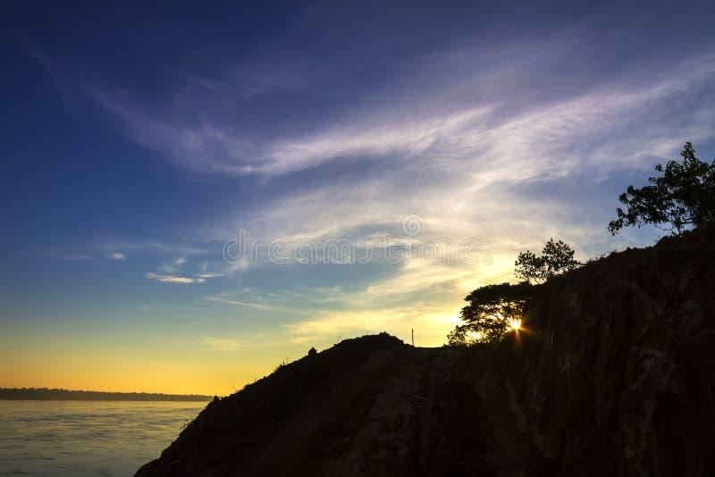 Gry soluppgång på Mekong River royaltyfria bilder