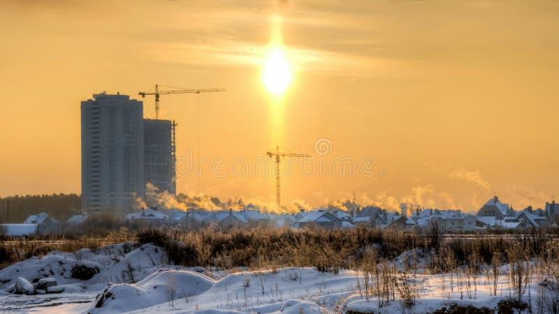 Gry under byar och moderna hus på utkanten av Yekaterinburg i vinter royaltyfri foto