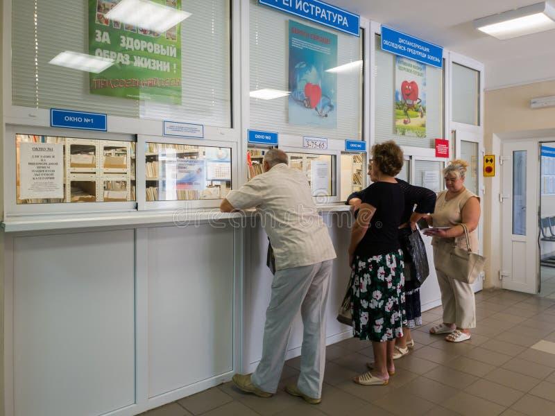 Gryazi, Rússia - 1º de agosto 2018 os pacientes aproximam o registro no hospital de distrito central foto de stock