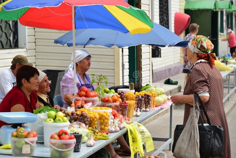 Gryazi, Russia - 19 agosto 2016 vendita della frutta e delle verdure sul mercato in Russia immagine stock libera da diritti