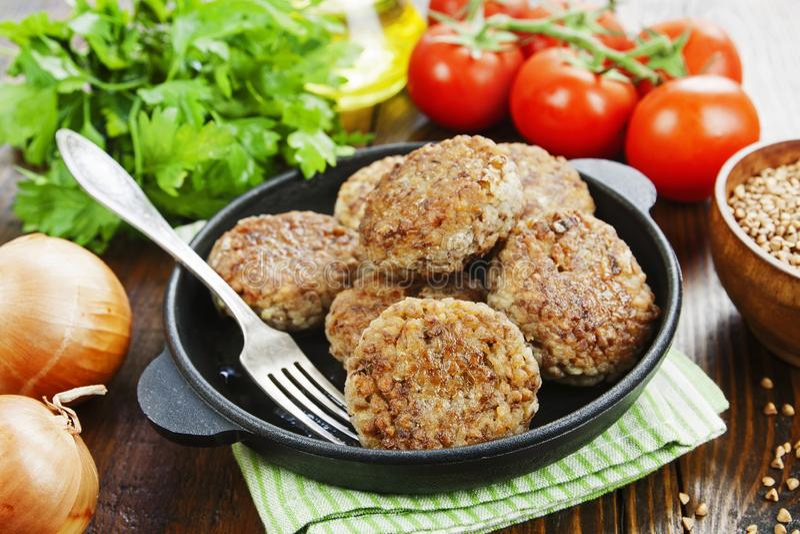 Gryczani hamburgery na niecce fotografia royalty free