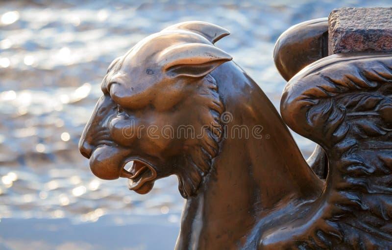 Gryf - lew brązowa oskrzydlona statua obraz stock