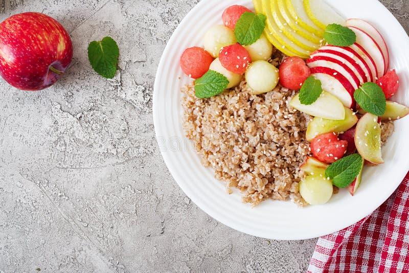 Gryka lub owsianka z świeżym melonem, arbuzem, jabłkiem i bonkretą, fotografia stock