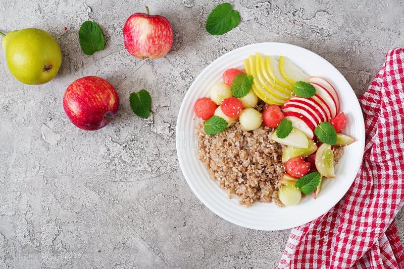 Gryka lub owsianka z świeżym melonem, arbuzem, jabłkiem i bonkretą, obrazy royalty free
