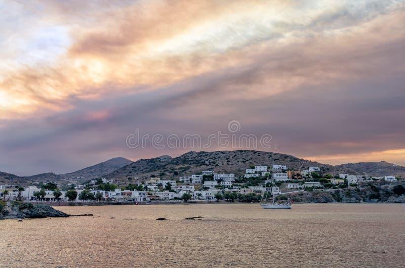 Gryning färgar över den Finikas byn i den Syros ön, Cyclades, Grekland royaltyfria bilder