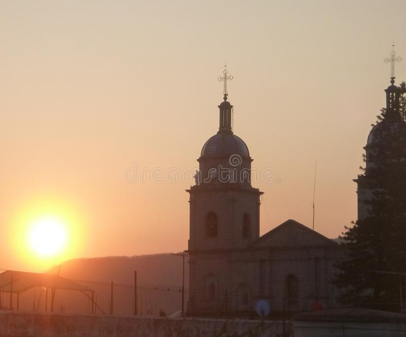 Gryning med kyrkan royaltyfri bild