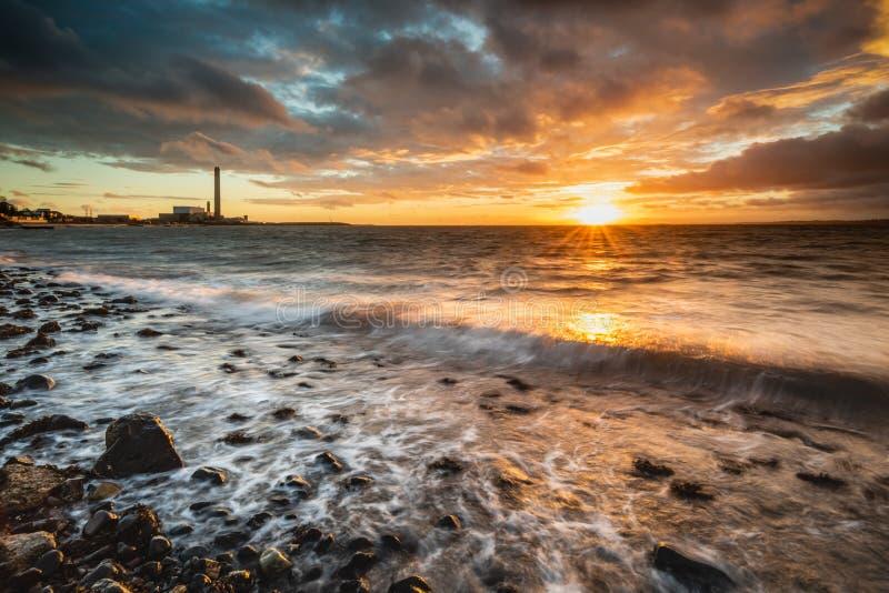Gryning på den Downshire stranden, Carrickfergus, UK royaltyfria foton