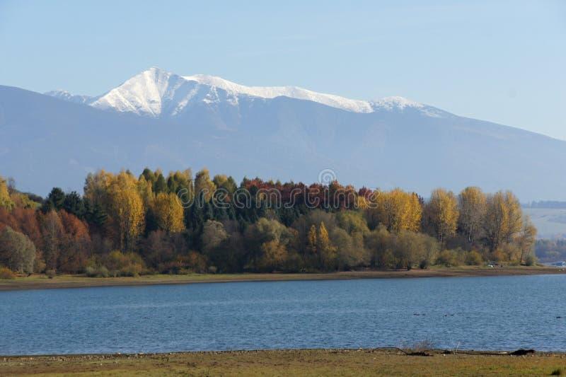 Gryning på den Liptovska Mara behållaren med Rohače berg, Liptov royaltyfria foton