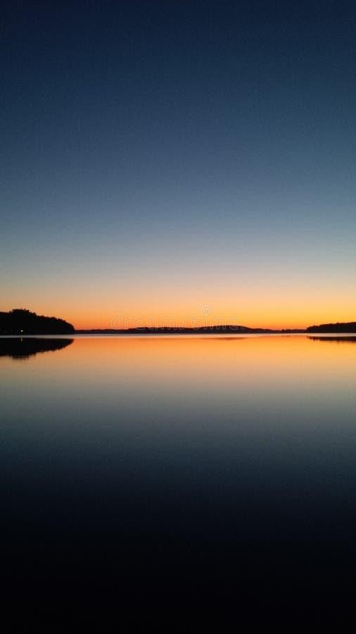 Gryning på den nordiska sjön royaltyfri bild