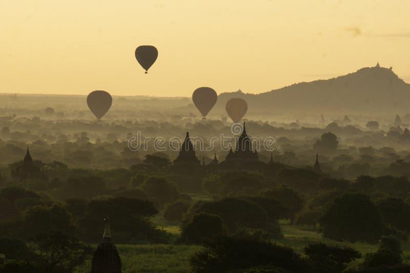 Gryning som håller ögonen på den härliga ballongen i Bagan Myanmar royaltyfria foton