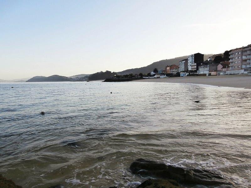 Gryningar på stranden I Galicia nordvästliga Spanien royaltyfri foto