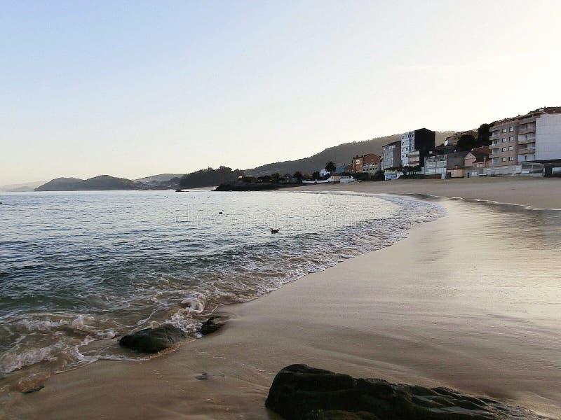 Gryningar på stranden I Galicia nordvästliga Spanien arkivbilder