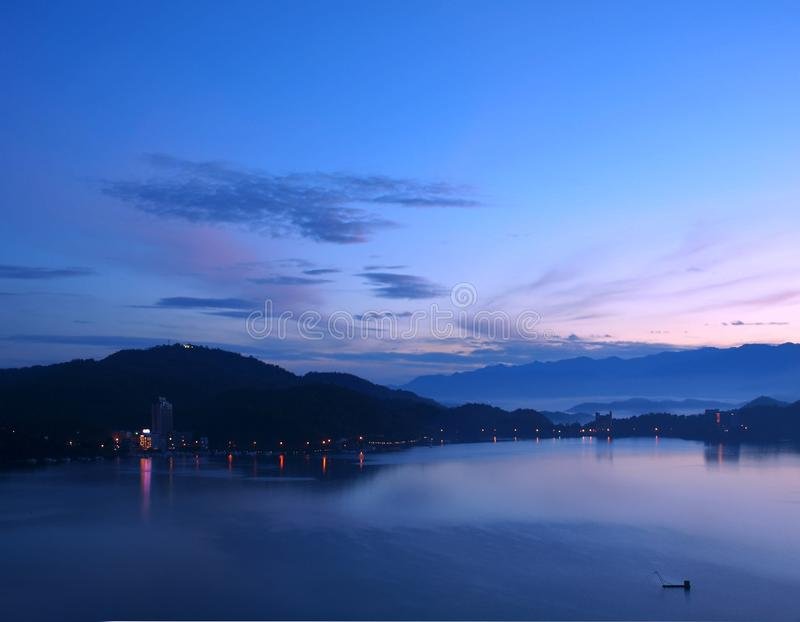 Gryningavbrott på Sun Moon laken royaltyfri bild