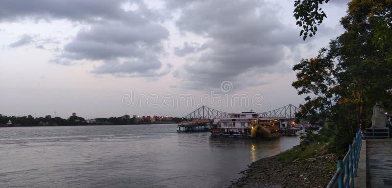Gryningflod i stad arkivbild