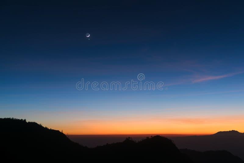 Gryninghimmelbakgrund med månen royaltyfri fotografi