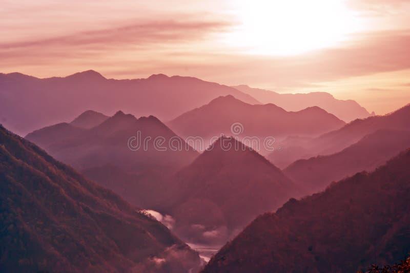 GryningShennongjia berg av Kina arkivfoto