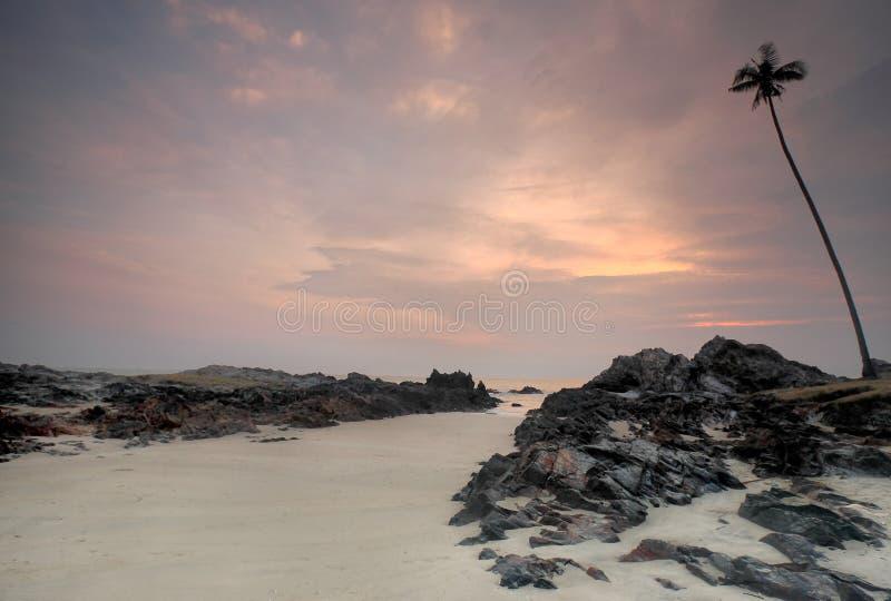 Gryningsikt av sandstranden med rocks royaltyfri fotografi