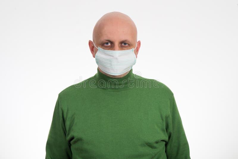 Grypowy choroba młody człowiek w medycyny opieki zdrowotnej masce zdjęcia stock
