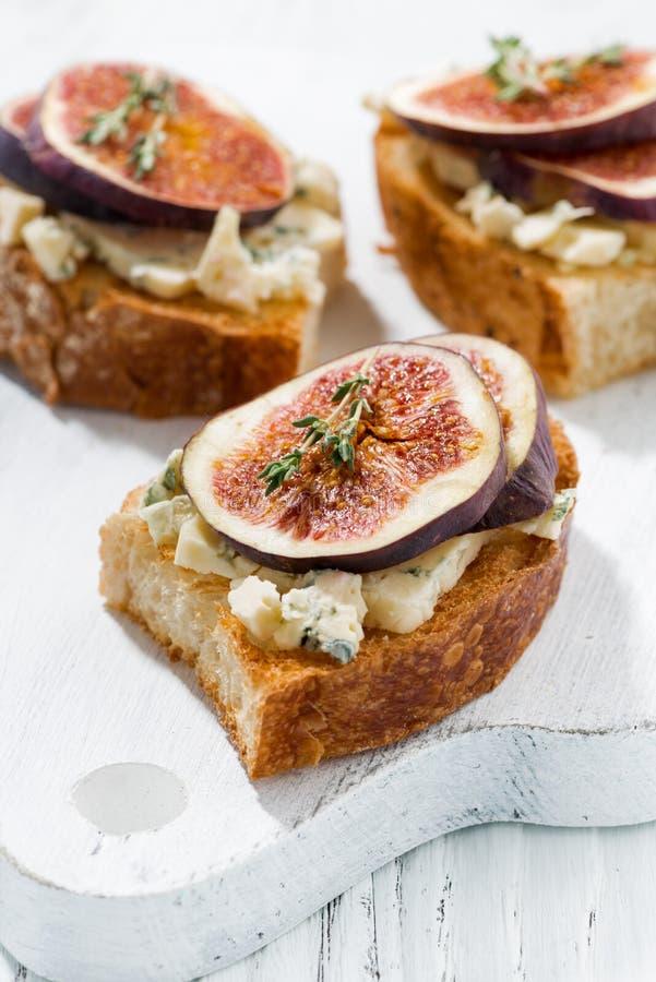 Grzanka z figami i błękitnym serem, zbliżenie zdjęcie royalty free