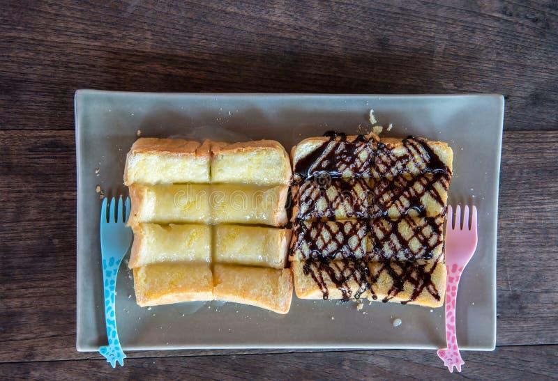 Grzanka z słodzącym zgęszczonym czekolada proszkiem na wierzchołku i mlekiem obraz royalty free