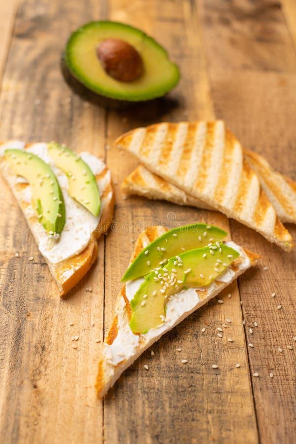 Grzanki z avocado, na drewnianym tle, wy?mienicie ?niadanie fotografia royalty free
