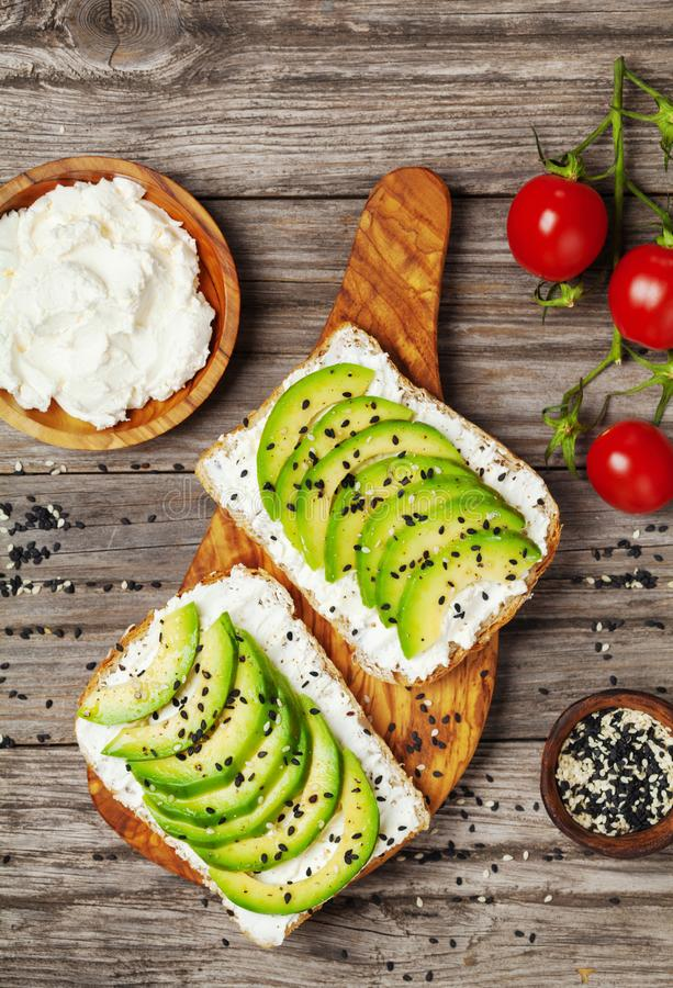 Grzanki z ?mietankowym serem i avocado dla zdrowej przek?ski lub ?niadaniowego Odg?rnego widoku zdjęcia stock