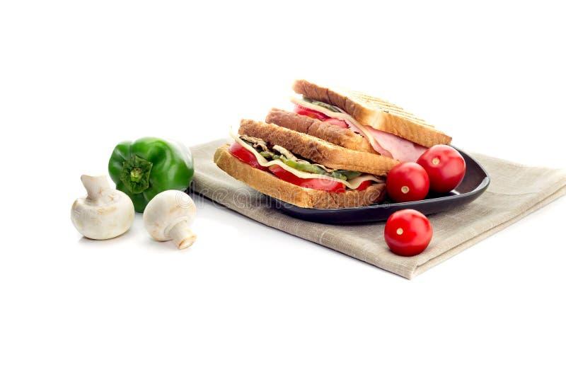 Grzanki z warzywami, serem i kiełbasą na białym tle, obraz stock