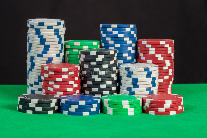 Grzebaków układów scalonych sterta na zielonego stołu czerni tle fotografia royalty free