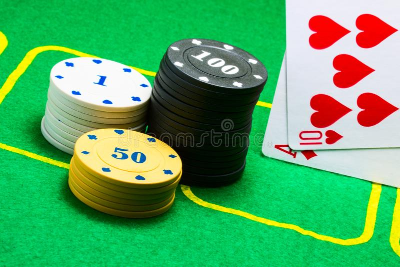 Grzebaków układy scaleni i spadać na krawędzi kart do gry obrazy stock